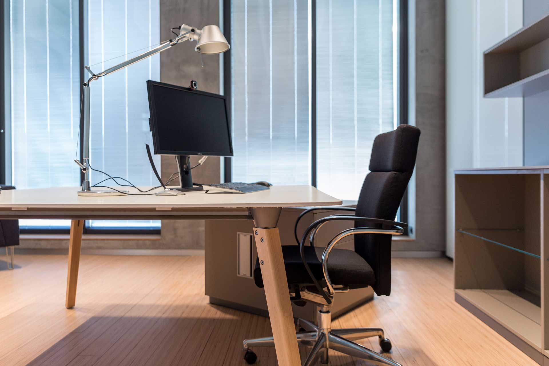 Dinamico executive desk