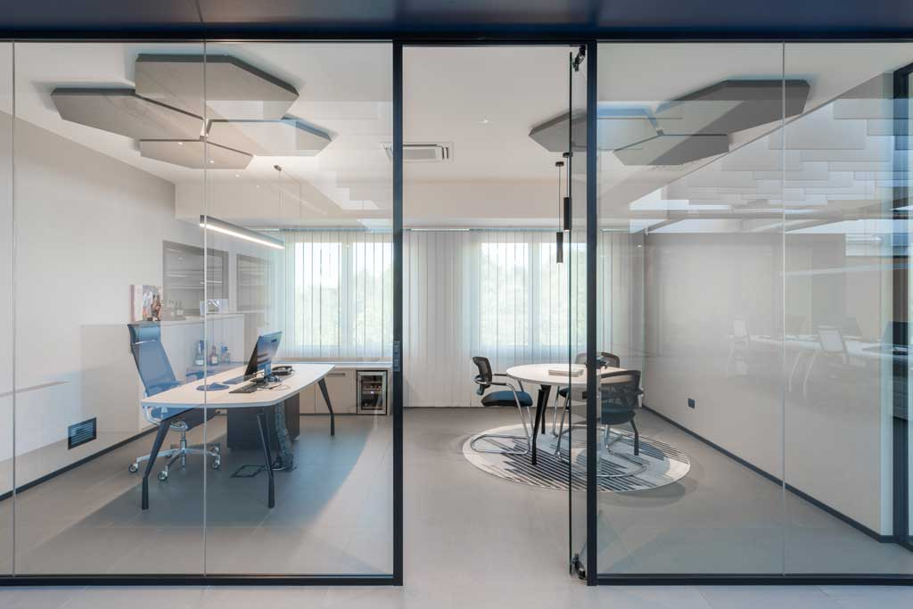 executive workspace realized trough P600s double-glazed walls