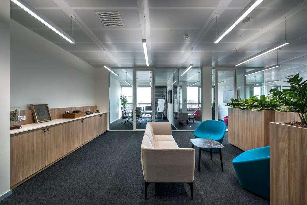 spazio lavorativo delimitato grazie a pareti vetrate con porta P600