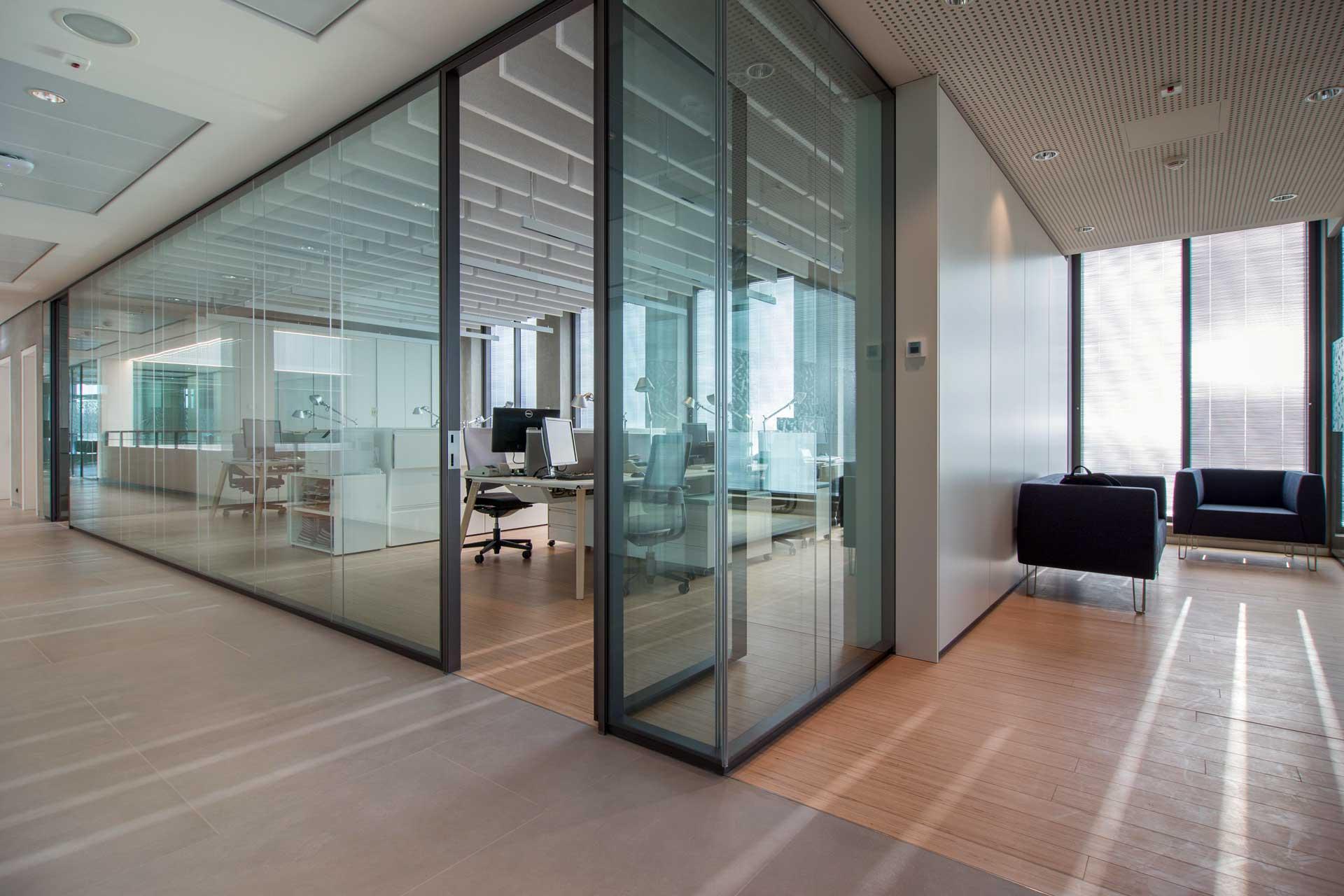 spazi lavorativi realizzati grazie alla parte vetrata P900