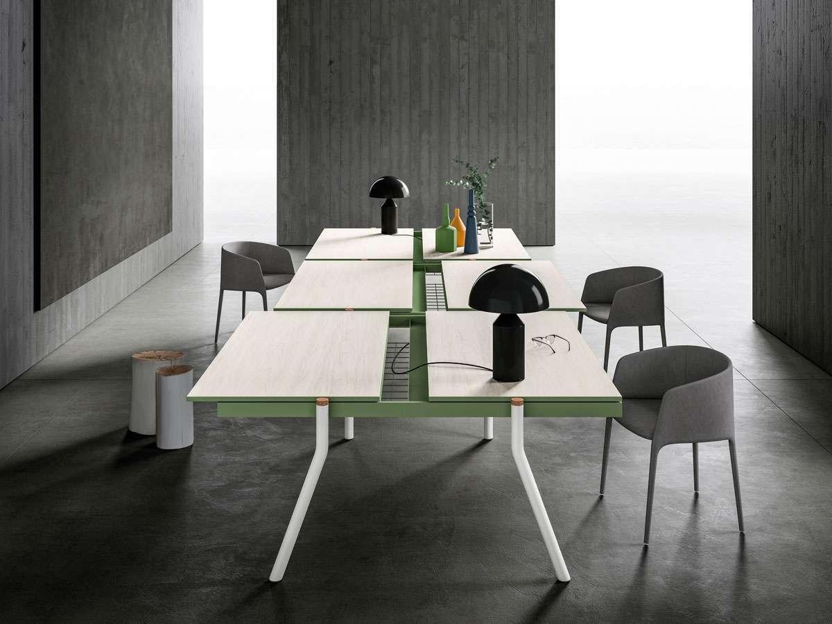 La collezione Bahlara è caratterizzata da tavoli scorrevoli che creano piani discontinui e versatili